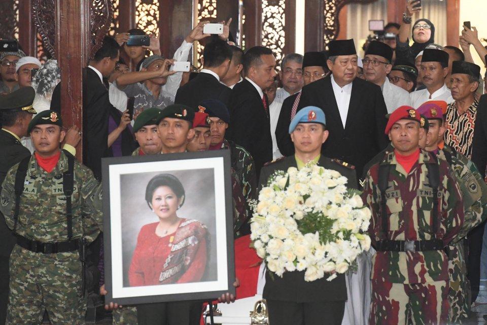 Presiden ke-6 RI Susilo Bambang Yudhoyono (keempat kanan) bersiap mengikuti upacara militer pelepasan jenazah almarhumah Ani Yudhoyono di Cikeas, Bogor, Jawa Barat, Minggu (2/6/2019).