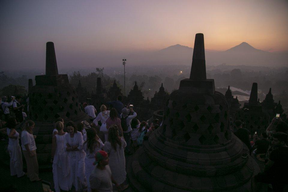 Wisatawan menikmati suasana matahari terbit di kawasan Taman Wisata Candi (TWC) Borobudur, Magelang, Jawa Tengah, Sabtu (18/5/2019). Wisata alam yang menyajikan matahari terbit dari Candi Borobudur menjadi salah satu tujuan favorit wisatawan lokal dan wis