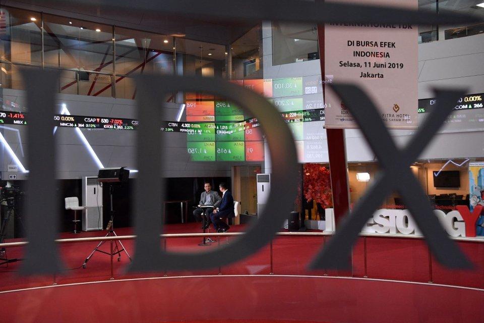 Jurnalis melakukan sesi wawancara di dekat refleksi layar pergerakan Indeks Harga Saham Gabungan (IHSG), Bursa Efek Indonesia, Jakarta. IHSG mengawali perdagangan di BEI hari ini, Rabu (10/7) dengan positif. IHSG kembali menembus level 6.400.