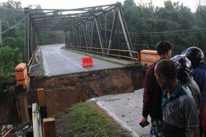 Jalan Trans Sulawesi Terputus Akibat Banjir