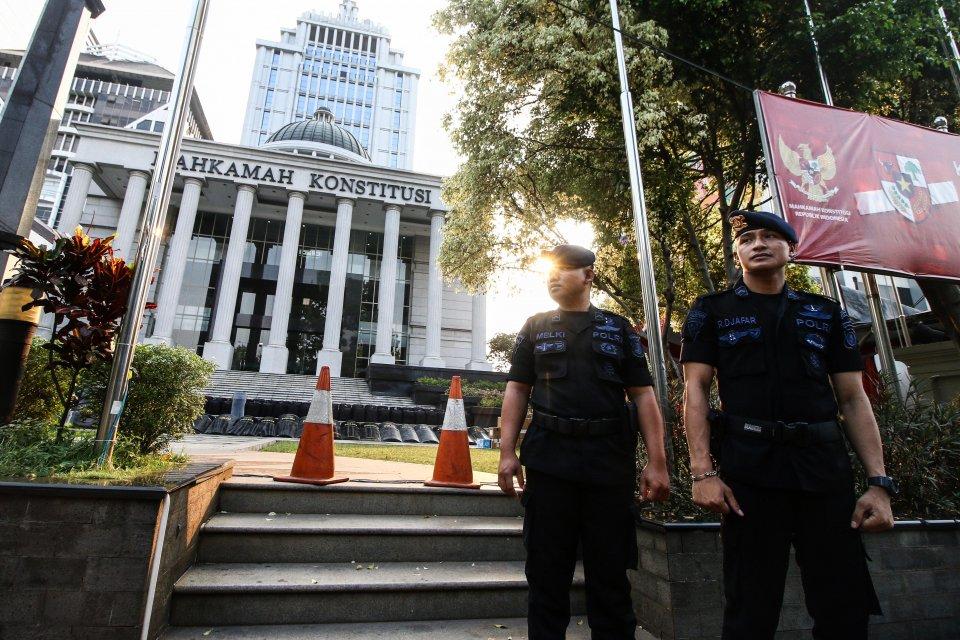 Petugas berjaga di depan Gedung Mahkamah Konstitusi, Jakarta, Selasa (11/6/2019). Mahkamah Konstitusi akan mulai menggelar sidang pendahuluan sengketa hasil pilpres pada tanggal 14 Juni 2019 sedangkan jadwal sidang putusan akan digelar pada 28 Juni 2019.