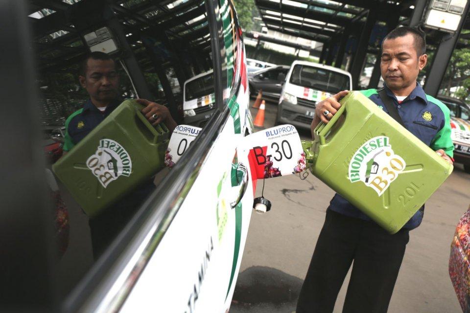 Seorang petugas mengisi bahan bakar B30 di gedung KESDM, Jakarta, Kamis (13/6). B30 akan menggantikan pemakaian BBM impor sebesar 55 juta barel.B30 akan menggantikan pemakaian BBM impor sebesar 55 juta barel.