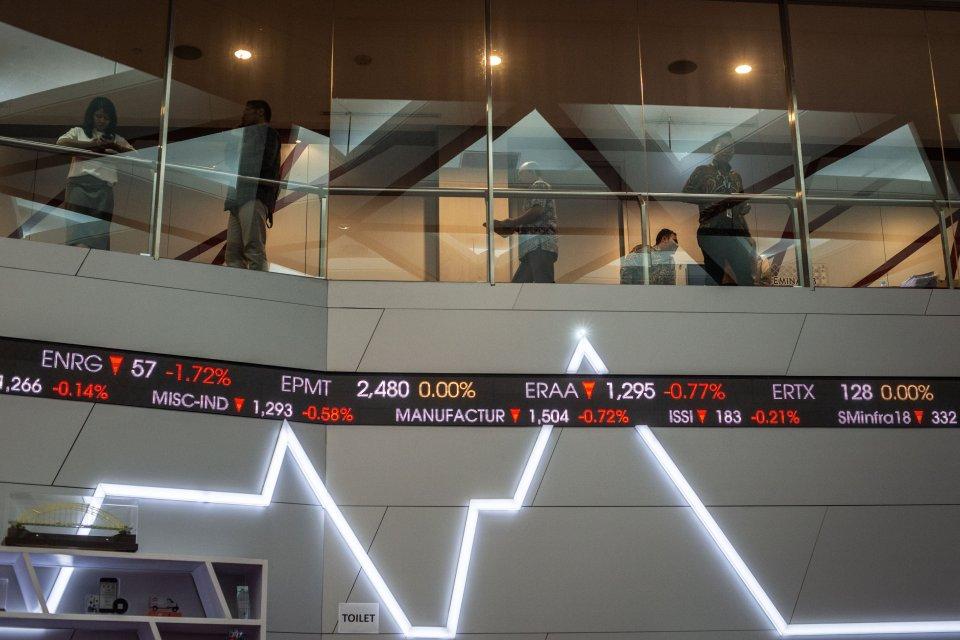 Karyawan beraktivitas di dekat grafik pergerakan saham di gedung Bursa Efek Indonesia, Jakarta, Jumat (14/6/2019). Indeks Harga Saham Gabungan (IHSG) ditutup melemah 22,8 poin atau 0,37 persen ke level 6.250,2.