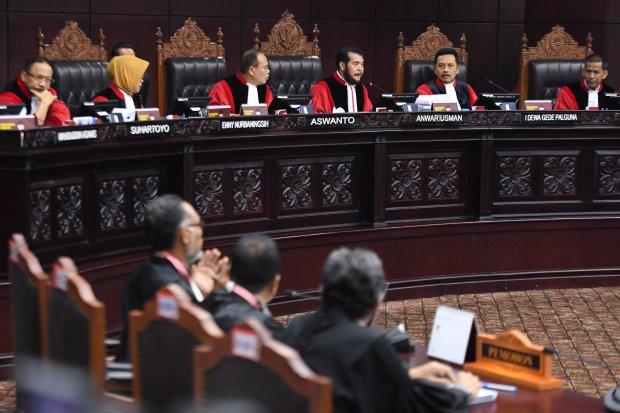 Ketua Mahkamah Konstitusi Anwar Usman (ketiga kanan) bersama hakim konstitusi lainnya memimpin sidang lanjutan Perselisihan Hasil Pemilihan Umum (PHPU) Pilpres 2019 di Gedung Mahkamah Konstitusi, Jakarta, Selasa (18/6/2019). Sidang tersebut beragendakan m