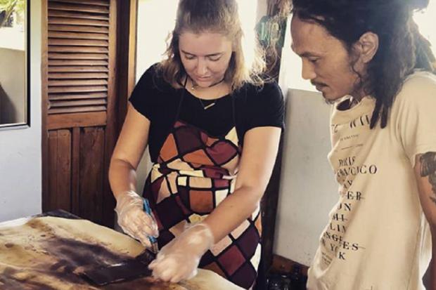 Workshop pembuatan kerajinan kulit oleh Kaula Leatherworks di Yogyakarta.