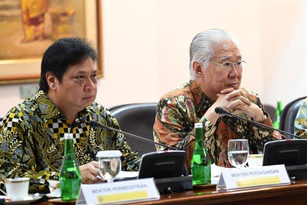 Menteri Perindustrian Airlangga Hartarto (kiri) dan Menteri Perdagangan Enggartiasto Lukita mengikuti rapat terbatas persiapan KTT Asean dan KTT G20 di Kantor Presiden, Jakarta, Rabu (19/6/2019). Presiden akan mengangkat isu ekonomi hingga lingkungan dala