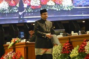 Gubernur DKI Jakarta Anies Baswedan berjalan menuju mimbar sebelum menyampaikan pidato dihadapan tamu undangan rapat Paripurna Istimewa di ruang Rapat