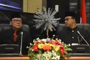 Menteri Dalam Negeri Tjahjo Kumolo (kiri) berbincang dengan Gubernur DKI Jakarta Anies Baswedan (kanan) saat menghadiri Rapat Paripurna DPRD DKI Jakar