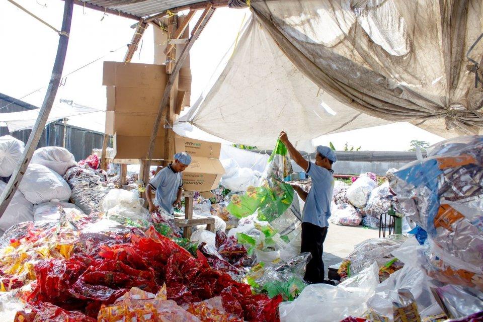 Pekerja mencacah sampah plastik di kawasan Purwasari, Karawang, Jawa Barat, Selasa (25/6/2019). Pemerintah dan asosiasi mengupayakan pemanfaatan limbah plastik menjadi campuran bahan baku aspal.