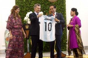 Presiden Joko Widodo Terima Jersey dari Presiden Argentina