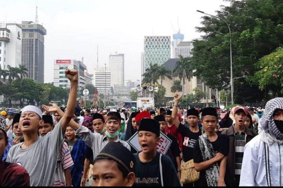 Massa yang mengatasnamakan Gerakan Kedaulatan Rakyat untuk Keadilan Kemanusiaan menggelar aksi di sekitar patung kuda Arjuna Wiwaha, Jakarta Pusat, pada hari ini (26/6). Mereka berencana menggelar aksi serupa besok (27/6).