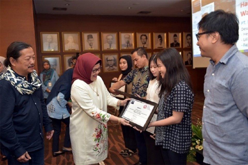 Direktur Jenderal Pengembangan Ekspor Nasional Arlinda memberikan Penganugerahan Good Design Indonesia (GDI) 2019 yang berlangsung di Kantor Kementerian Perdagangan, Jakarta, Rabu (26/6).