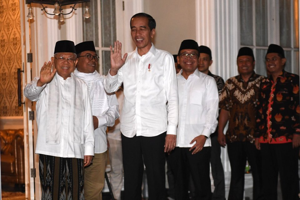 Calon Presiden dan Wakil Presiden nomor urut 01 Joko Widodo (tengah) dan Ma\'ruf Amin (kiri) memberikan keterangan pers terkait sidang putusan perselisihan hasil pemilihan umum (PHPU) Pilpres 2019 di Jakarta, Kamis (27/6/2019).