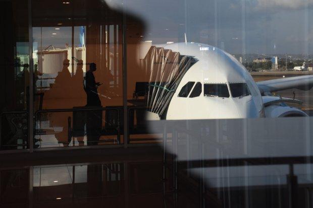 Penumpang turun dari pesawat komersial di Bandara Internasional I Gusti Ngurah Rai, Denpasar, Bali, Kamis (27/6/2019). Menteri Koordinator bidang Perekonomian Darmin Nasution menegaskan maskapai penerbangan berbiaya murah (Low Cost Carrier/LCC) harus menu
