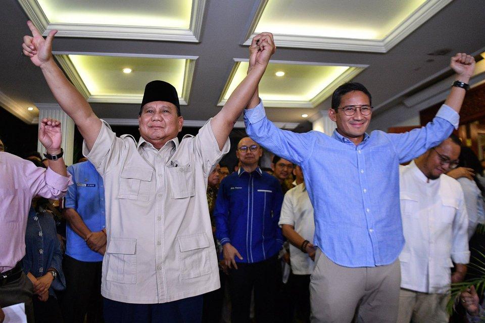 Calon Presiden dan Wakil Presiden nomor urut 02 Prabowo (kiri) dan Sandiaga Uno (kanan) berjabat tangan usai memberikan keterangan pers terkait putusan MK tentang perselisihan hasil pemilihan umum (PHPU) Pilpres 2019 di kediaman Prabowo, Jakarta Selatan,