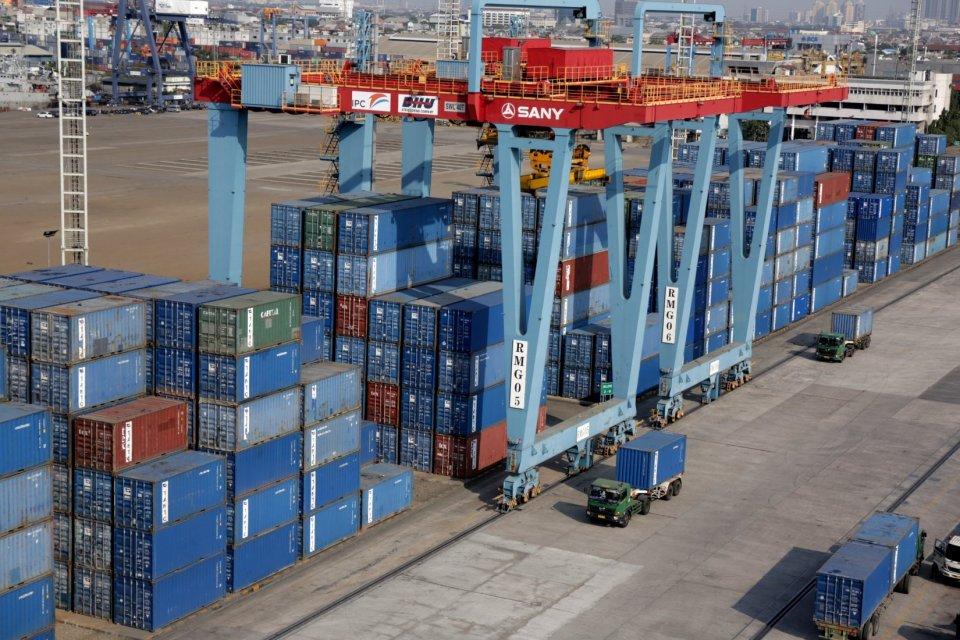 Suasana kegiatan ekspor impor di kawasan Tanjung Priok, Jakarta Utara (28/6).Tiongkok tetap merupakan negara tujuan ekspor utama dan terbesar Indonesia dengan nilai US$ 9,55 miliar atau 15,13% dari total ekspor. Jumlah ini diikuti AS dengan nilai US$ 7,