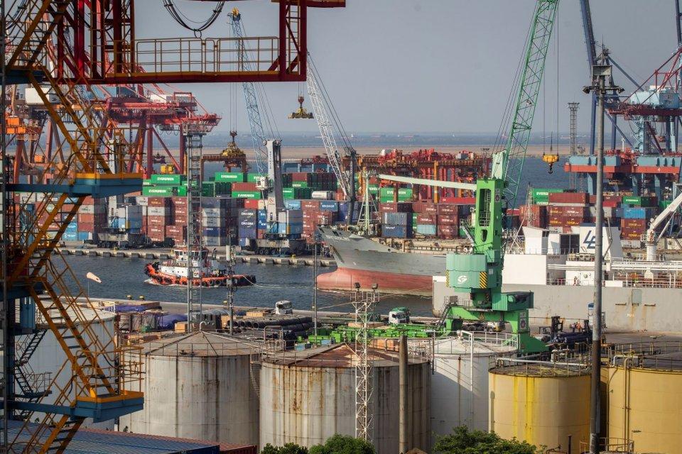 Aktivitas bongkar muat peti kemas di Pelabuhan Tanjung Priok, Jakarta Utara, Jumat (28/6/2019). Badan Pusat Statistik (BPS) mencatat ekspor Indonesia pada Mei 2019 mencapai 14,74 miliar dolar Amerika atau naik 12,42 persen dibanding April 2019 yang didoro