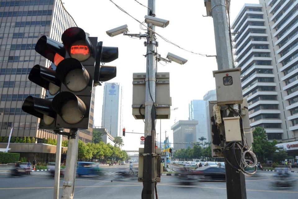 Kamera pengawas atau Closed Circuit Television (CCTV) terpasang di kawasan Jalan MH Thamrin, Jakarta, Senin (1/7/2019). Direktorat Lalu Lintas Polda Metro Jaya menerapkan penilangan dengan sistem Electronic Traffic Law Enforcement (ETLE) dengan memasang 1