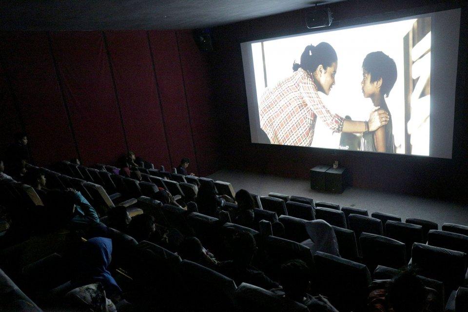 Sejumlah anak menonton film yang diputar di Indiskop atau Bioskop Rakyat yang di dalam Pasar Jaya Teluk Gong, Penjaringan, Jakarta Utara, Selasa (2/7/2019). Bioskop rakyat yang khusus menayangkan film-film Indonesia ini memiliki 2 studio dengan kapasitas