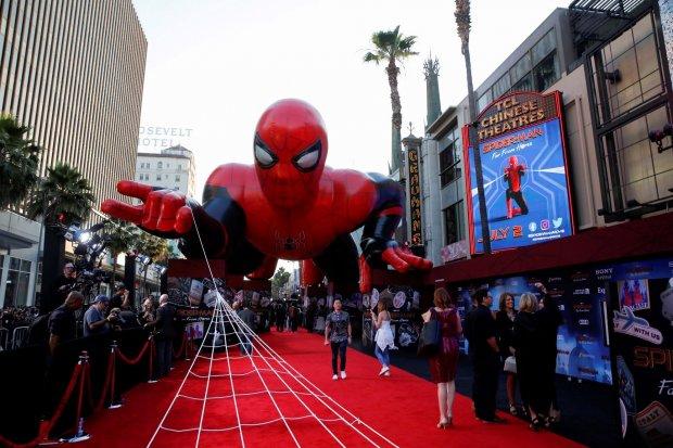 Sebuah balon raksasa spiderman terlihat di atas karpet merah di sepanjang Hollywood Boulevard diluar TCL Chinese Theatre untuk penayangan perdana film Marvel Studio