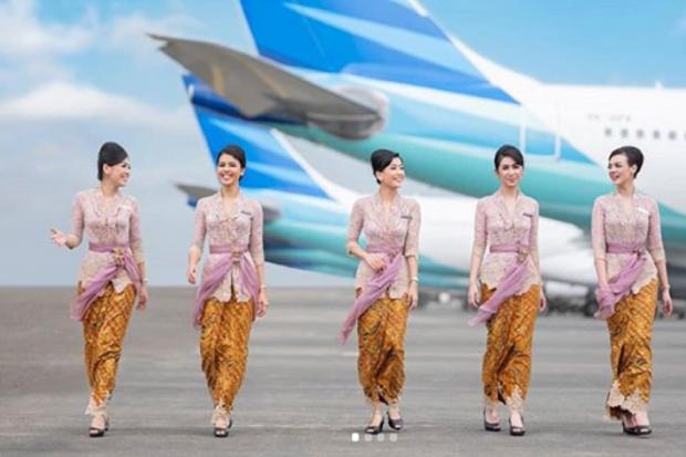 Pramugari Garuda Indonesia kenakan seragam rancangan designer dalam negeri Anne Avantie.