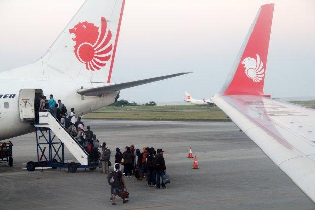 Sejumlah calon penumpang antre naik ke pesawat maskapai Lion Air di Bandara Internasional Sultan Aji Muhammad Sulaiman Sepinggan di Balikpapan, Kalimantan Timur, Jumat (5/7/2019). Corporate Communications Strategic of Lion Air Danang Mandala Prihantoro me