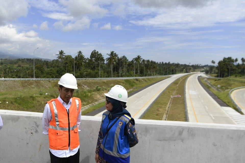 Presiden Joko Widodo (kiri) didampingi Dirut Jasa Marga Desi Arryani (kanan) meninjau ruas jalan tol Manado-Bitung di Sulawesi Utara, Jumat (5/7/2019). Presiden memastikan pembangunan jalan tol Manado-Bitung yang sempat terkendala pembebasan lahan sepanja