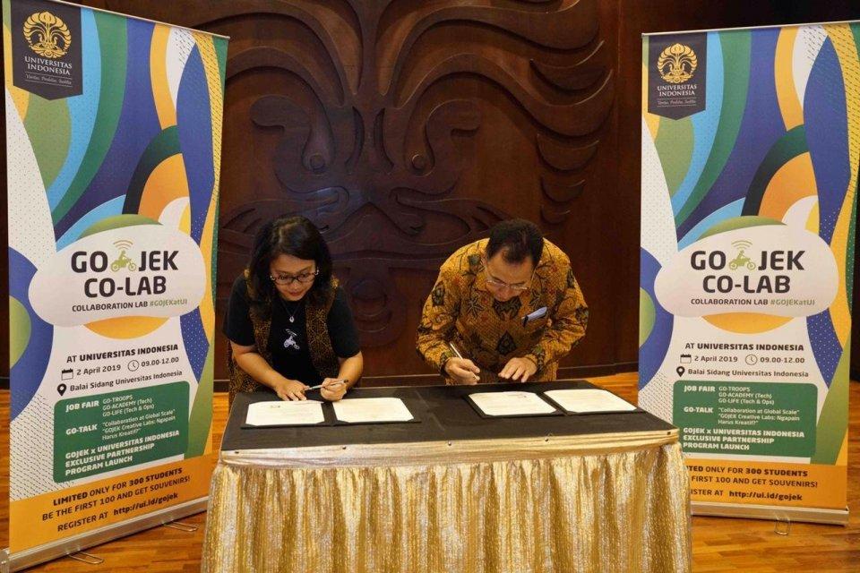 Rektor Universitas Indonesia Prof. Dr. Ir. Muhammad Anis, M.Met (kanan) bersama dengan Chief Corporate Affairs Gojek Nila Marita menandatangani MoU untuk mengakselerasi pembangunan sumber daya manusia tanah air yang berketerampilan tinggi (highly skilled