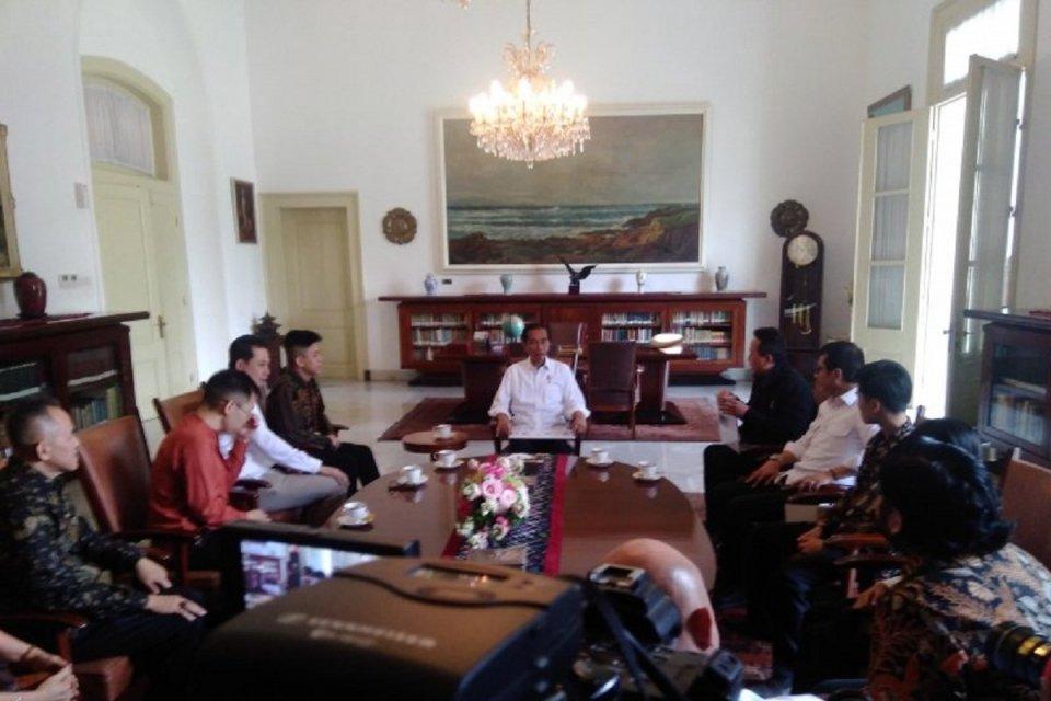 Rapper asal Indonesia yang sukses di Amerika Serikat, Rich Brian (keempat dari kiri), bertemu Jokowi (tengah, berkemeja putih) di Istana Bogor, Jawa Barat, Minggu (7/7).