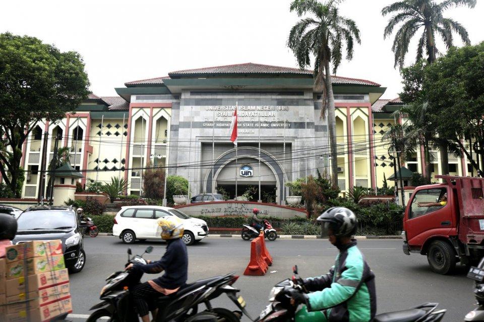 Sejumlah pengendara melintas di depan kampus Universitas Islam Negeri Syarif Hidayatullah Jakarta, Tanggerang Selatan (10/07). Rencana pemerintah untuk mendatangkan rektor asing untuk memimpin perguruan tinggi di Indonesia akan dimulai dari perguruan ting