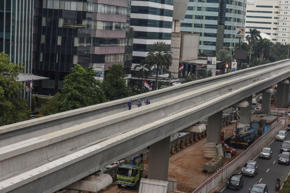 Pekerja menyelesaikan pekerjaan pembangunan proyek Light Rail Transit (LRT) Jabodebek lintas pelayanan dua Cawang-Dukuh Atas di Jakarta, Rabu (10/7/2019). Corporate Secretary PT Adhi Karya Ki Syahgolang Permata mengatakan pembangunan LRT lintas pelayanan