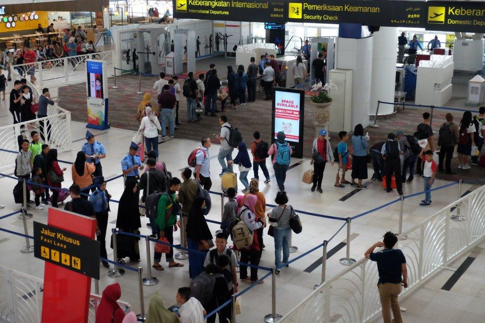 Calon penumpang pesawat berada di area terminal keberangkatan Bandara Internasional Kualanamu, di Deli Serdang, Sumatera Utara, Kamis (11/7/2019). Pemerintah resmi menurunkan tarif pesawat udara dalam bentuk diskon sebesar 50 persen dari Tarif Batas Atas