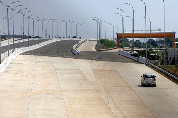 Mobil melintas di proyek pembangunan Tol Cimanggis-Cibitung Seksi 1A yang belum beroperasi di Cimanggis, Depok, Jawa Barat, Kamis (11/7/2019). Direktur Utama PT Waskita Toll Road Herwidiakto mengatakan saat ini proses pembangunan Jalan Tol Cimanggis-Cibit