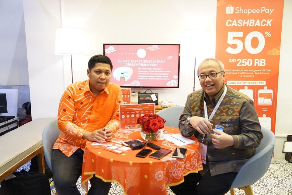 Head of Government Relationship Shopee Indonesia Radityo Triatmojo dan Kepala Departemen Pengembangan UMKM dan Perlindungan Konsumen BI Budi Hanoto saat melakukan doorstop interview di BI Lounge, Exhibition Hall A, Jakarta Convention Center, Jumat (12/7).