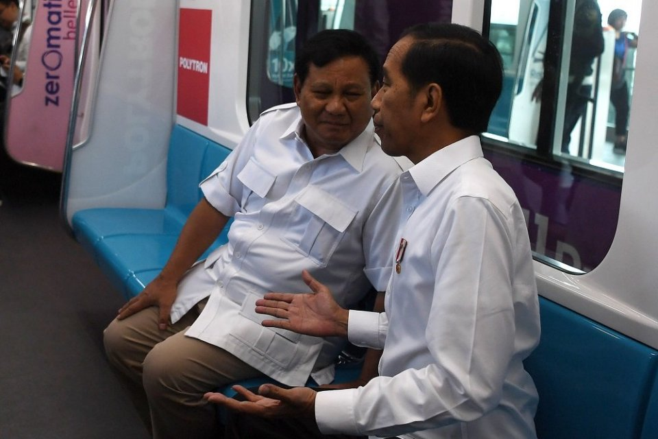 Presiden Joko Widodo (kanan) berbincang dengan Ketua Umum Partai Gerindra Prabowo Subianto di dalam gerbong kereta MRT di Jakarta, Sabtu (13/7/2019). Kedua kontestan dalam Pemilihan Umum Presiden dan Wakil Presiden tahun 2019 lalu ini bertemu di Stasiun M
