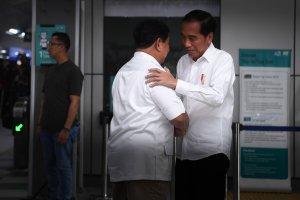 Jokowi Berpelukan dengan Prabowo di Stasiun MRT