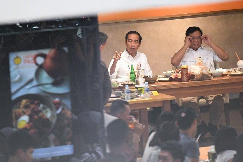 Presiden Joko Widodo (kiri) dan Ketua Umum Partai Gerindra Prabowo Subianto (kanan) makan siang bersama di salah satu pusat perbelanjaan di kawasan Senayan, Jakarta, Sabtu (13/7/2019). Kedua kontestan dalam Pemilihan Umum Presiden dan Wakil Presiden tahun