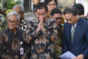 Menteri ESDM Ignasius Jonan (tengah) didampingi Kepala SKK Migas Dwi Sutjipto (kiri) dan CEO Inpex Takayuki Ueda (kanan) memberikan salam usai memberi