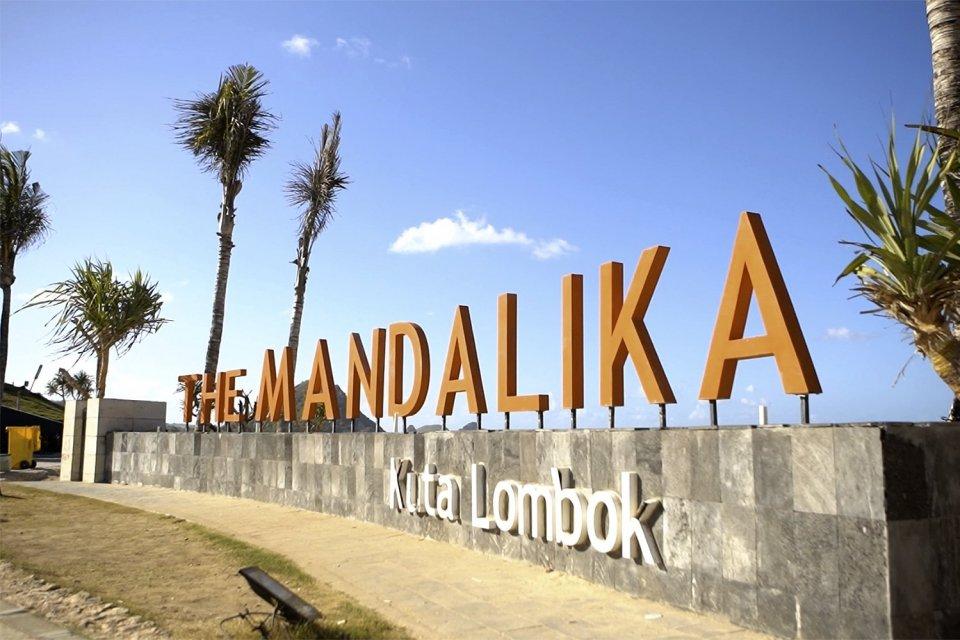 Kawasan Pantai Mandalika. Salah satu tujuan wisata dalam negeri yang akan didorong melalui strategi Storynomics Tourism.