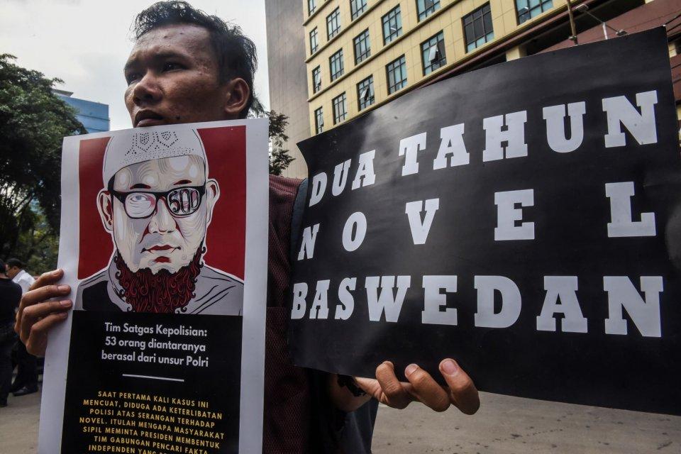 Pengunjuk rasa yang tergabung dalam Koalisi Masyarakat Sipil Antikorupsi menggelar aksi di kawasan Mabes Polri, Jakarta, Senin (15/7/2019). Dalam aksi tersebut mereka menyampaikan bahwa kinerja Tim Satgas kasus penyerangan terhadap Novel Baswedan tidak me