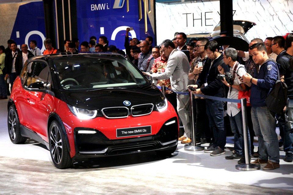 BMW Group Indonesia meluncurkan mobil baru berteknologi listrik dengan tipe BMW i3s di GIIAS 2019, Pavilion BMW Hall C ICE BSD, Tangerang, (18/7/2019). BMW i3s merupakan versi sport dari keluarga i3. dibandrol dengan harga 1,299 Miliar.