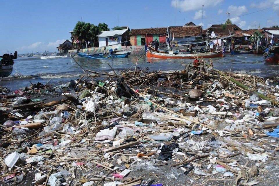 Ilustrasi sampah plastik yang mencemari kawasan pesisir. Jakarta berpotensi memproduksi 250 ton sampah plastik setiap harinya jika konsumsi plastik sekali pakai tidak dikurangi.