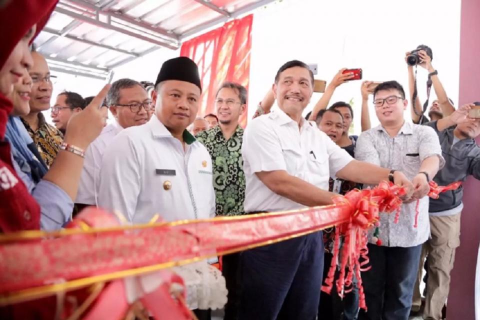 Menteri Koordinator Bidang Kemaritiman Luhut Binsar Pandjaitan meresmikan Gerai Fish Market dan tempat pelelangan online, di Tempat Pelelangan Ikan (TPI) Palangpang, Sukabumi, Jawa Barat, Sabtu (20/7).