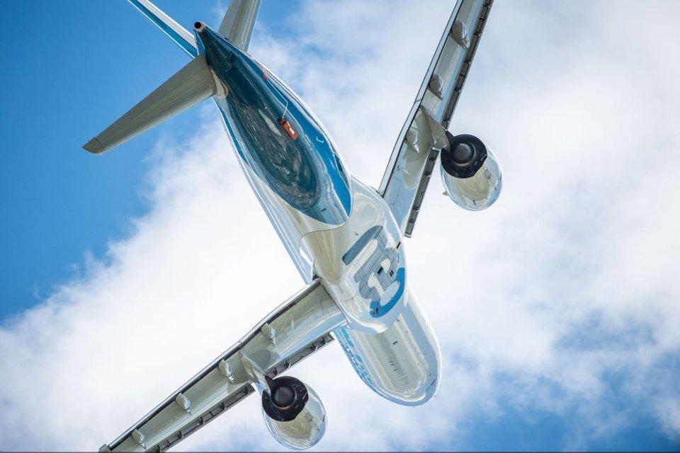 Airbus A330 Neo terbang di atas Bandara Le Bourget dalam Paris Airshow 2019 hari kelima.