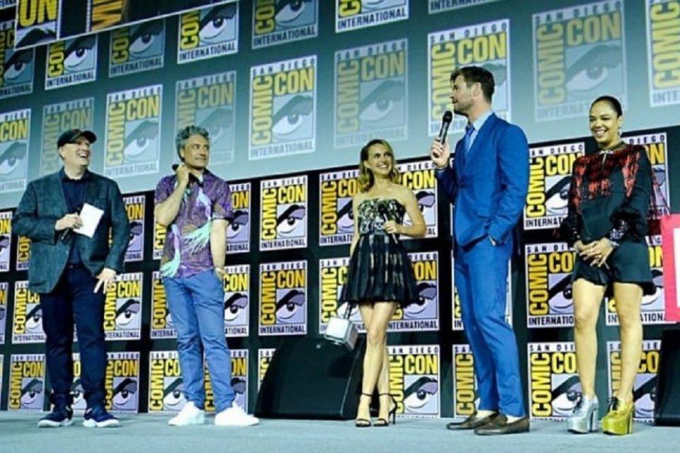 Natalie Portman (tengah) yang akan memerankan Mighty Thor dalam Thor: Love and Thunder yang merupakan bagian dari fase keempat Marvel Cinematic Universe di Comic Con, San Diego, AS, Sabtu (20/7).