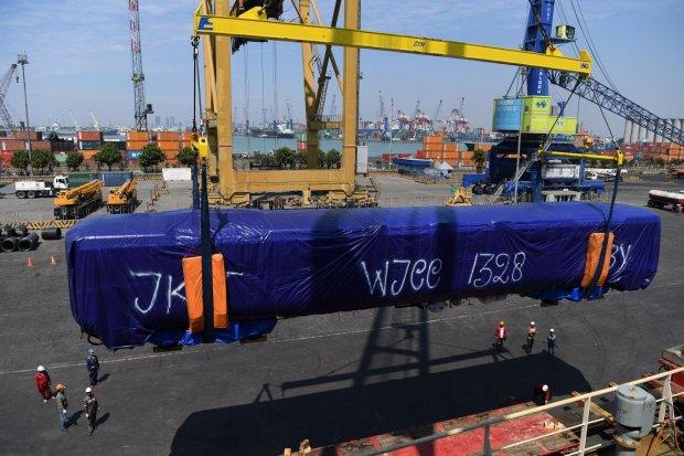 Proses pemuatan gerbong kereta tipe 'Broad Gauge' ke atas kapal untuk dikirim ke Bangladesh, di Pelabuhan Tanjung Perak, Surabaya, Jawa Timur, Selasa (23/7/2019). Pengiriman 26 gerbong kereta tersebut merupakan pengiriman kedua dari 250 gerbong prod