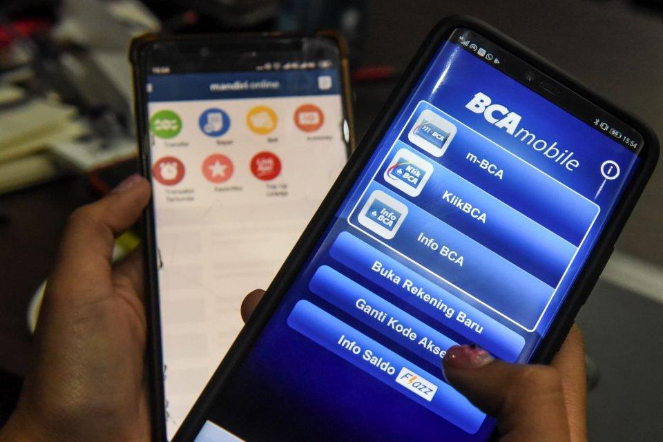Warga menggunakan fasilitas layanan perbankan digital di Jakarta. OJK resmi menaikkan syarat modal inti minimum perbankan menjadi Rp 3 triliun agar perbankan bisa meningkatkan daya saing dengan berinvestasi teknologi.