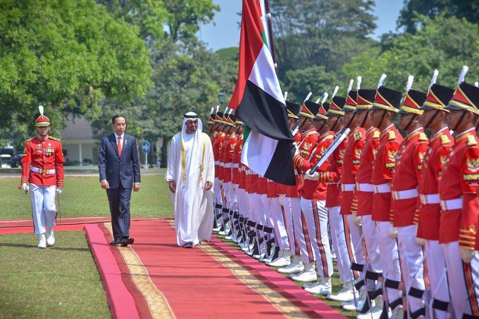 Putra Mahkota Abu Dhabi Sheikh Mohamed Bin Zayed Al bersama Presiden Jokowi disambut pasukan Paspampres saat berkunjung ke Istana Kepresidenan Bogor, Jabar, Rabu (24/7)