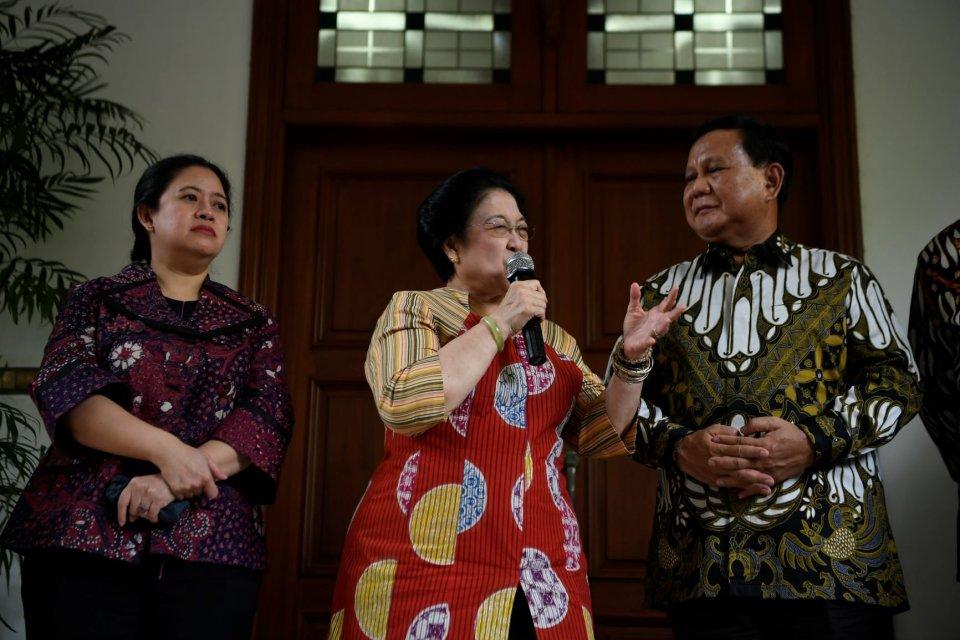 Ketua Umum PDI Perjuangan Megawati Soekarnoputri (tengah) dan Ketua Umum Partai Gerindra Prabowo Subianto (kanan) disaksikan Politikus PDI Perjuangan yang juga Menko PMK Puan Maharani (kiri) menyampaikan keterangan pers usai pertemuan tertutup di Jakarta,
