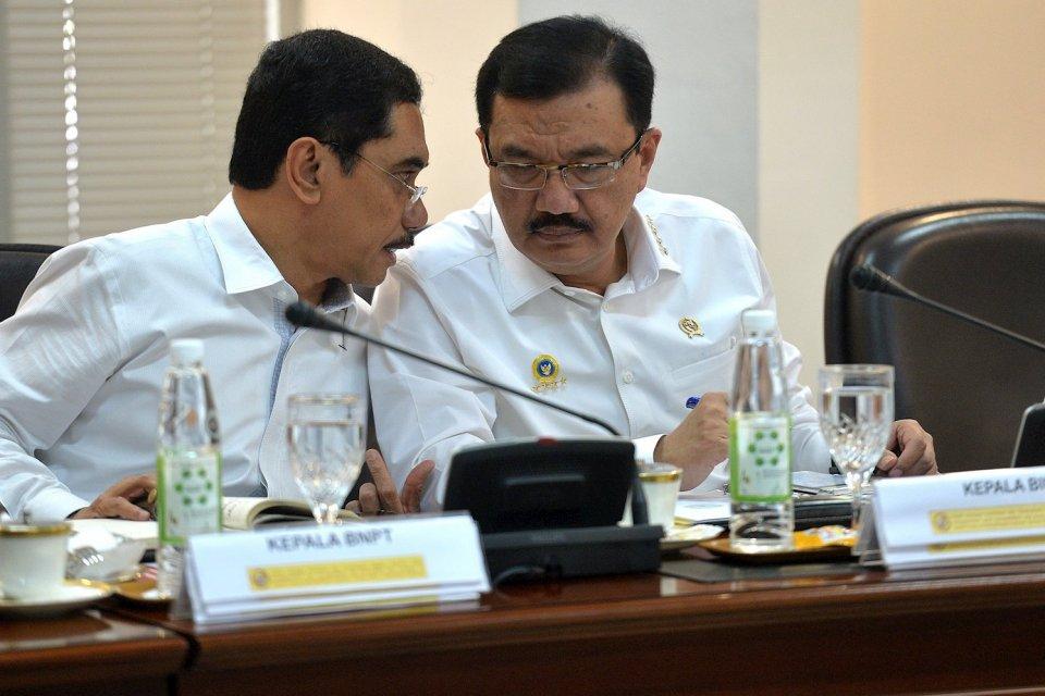 Kepala BIN Budi Gunawan (kanan) berbincang dengan Kepala BNPT Suhardi Alius (kiri) sebelum mengikuti rapat kabinet terbatas di Kantor Kepresidenan, Jakarta, Kamis (29/12).